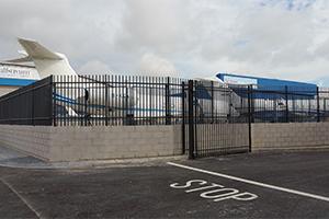 weedless railings Zaun Luton Airport